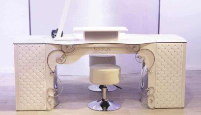 Tavolo per manicure con estrattore di polvere RomanTisch con pannello frontale Baroque, cassettiere multicassetti ricoperte con pannelli in pelle sintetica e rivetti in vetro e poggiabraccio rettangolare