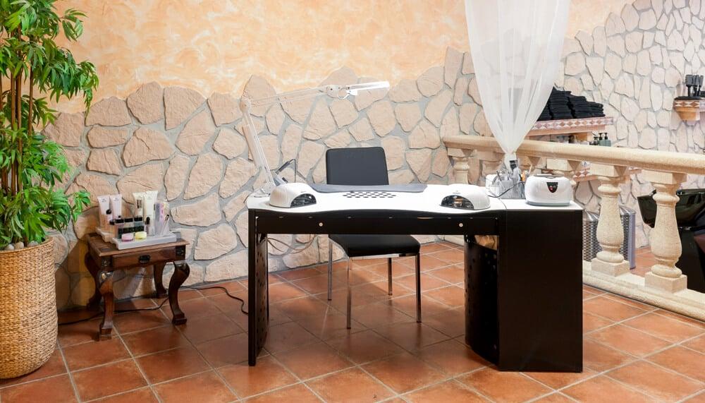 Table d'ongleries sur mesure pour les studios de manucure