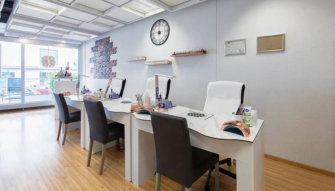 Kundenfoto: Nageltisch FantasTisch mit Marmor-Tischplatte bei Flamingo Nails