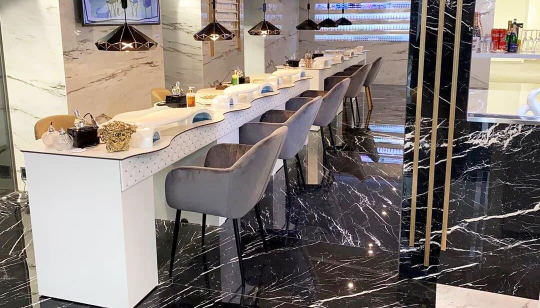 Nageltisch FantasTisch Tischplatte Marmor mit Front Nieten und Leder